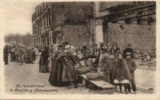 Szczytno gyümölcs árusok a lerombolt téren, Szczytno fruit vendors at the demolished square