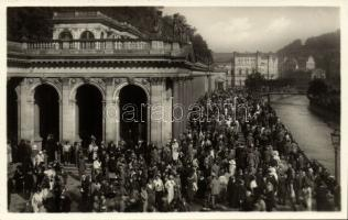 Karlovy Vary, Karlsbad; Morgen am Mühlbrunn / fountain, morning, crowd