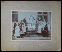 cca 1890 Gyermek színi előadás résztvevőinek keményhátú tablófotója 31x26 cm
