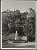 1943 Vadas Ernő (1899-1962): Várrom. Hátoldalt pecséttel jelzett 18x24 cm