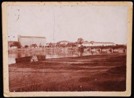 cca 1880 Azonosítatlan magyar városkép: kereskedelmi iskola, zárda, Maros híd. Fotó 13x9 cm