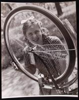 cca 1940 Szabó Lajos: Kerékellenőrzés. Vintage fotó, hátoldalán szerzői pecséttel jelzett, 31x24cm