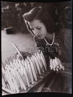 cca 1948 Szabó Lajos (Újpest): Fonalkiadó, pecséttel jelzett vintage fotóművészeti alkotás, 30x24 cm