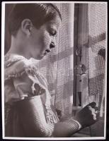 1940 Osoha László: Függöny mögött, vintage alkotás /  1940 Behind the curtains. Vintage photo, 30x40cm