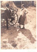 1930 Szabó Lajos (Újpest): Beszélgetők, magyaros stílusú, aláírt vintage fotóművészeti alkotás, kartonon több sérüléssel, 23,5x17,5 cm, karton 49x32 cm
