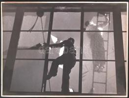 cca 1950 Szabó Lajos(Újpest): Üvegezők. Vintage fotó, kartonra kasírozva, hátoldalán pecséttel jelezett, 22x30cm