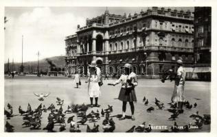 Trieste, Piazza Unita / square, feeding the doves
