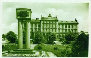 Velké Mezirici grammar school and war memorial, Velké Mezirici gimnázium és háborús emlékmű