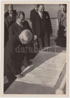 1930 Vegyes fotó tétel (2 db): Wettstein János (1887-1972)diplomata megtekinti Magyarország útállapotáról készült térképet, Népviseletbe öltözött ünneplő asszonyok, 18x13 cm.