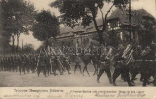 Döberitz Truppen Übungsplatz, Kommandantur mit einrückenden Truppen ins Lager / military parade ground <br/> <br/>