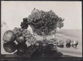 1943 Unghváry Iván: Szőllős csendélet, jelzetlen vintage csendéletfotó, a szerző hagyatékából, 20x27 cm