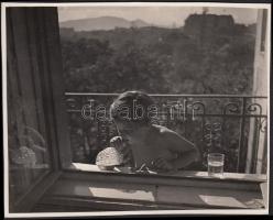 cca 1934-1935 Kinszki Imre (1901-1945): Készül a szappanbuborék, jelzetlen vintage fotó a szerző hagyatékából, 12x16 cm