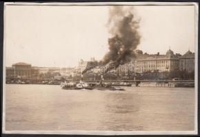 1929 Kinszki Imre (1901-1945): Gőzhajók találkozása, feliratozott vintage fotó a szerző hagyatékából, 5,5x8,5 cm