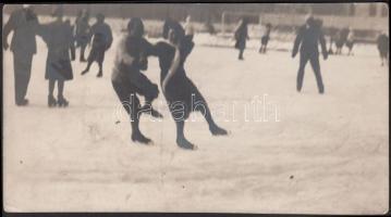 cca 1920 Kerny István (1879-1963): Korcsolyázók, pecséttel jelzett vintage fotó, egyik sarkán törésvonal, 10x18 cm