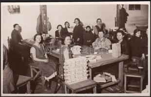1936 Belvárosi Fotóműhely (Marsowszky Elemérné, azaz fotó Ada): Emlék a (budapesti) Bruck doboz műhely személyzetéről, pecséttel és felirattal jelzett vintage riportfotó, 8x13 cm
