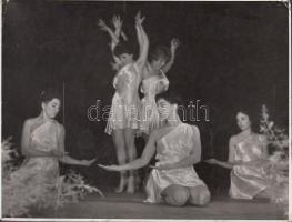 1960 Tiszavölgyi József: Műkedvelő tánccsoport mozgásművészeti bemutatója, pecséttel jelzett vintage fotó, 12x16 cm