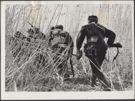 cca 1942-1943 M. Alperta: Szovjet partizánok a II. világháborúban, oroszul feliratozott fénykép, 18x24 cm / cca 1942-1943 Soviet partisans in world war II, with russian subtitle, 18x24 cm