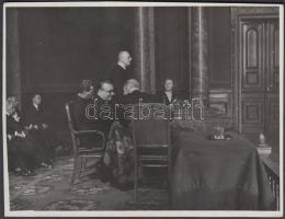 1942. október 6. Dr. Morvay Ferenc aradi plébános beszél a Magyar Tudományos Akadémián, az Aradi Szövetség ünnepélyén, feliratozott, az ügyvezető elnök által dedikált fénykép, 9x12 cm