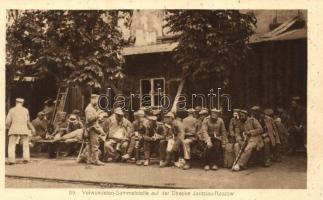 Verwundeten-Sammelstelle auf der Strecke Jaroslau-Rzozow / Military WWI, wounded soldiers by the railroad track Jaroslaw-Rzeszów