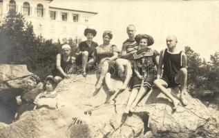 1911 Lovran, Lovrana; vacationers on a rock group photo