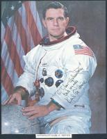 Karl Gordon Henize NASA űrhajós,űrkutató Northwestern University professzora, tartalékos legénység része az Apollo 15 ill.,a Skylab 2/3/4-nél. Az űrben a Challenger fedélzetén járt 1985-ben. - - eredeti aláírása az őt ábrázoló fotón. 24,5x19cm