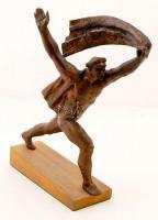 Fegyverbe! 1919 Gipsz szobor fa talapzaton. cca 43x38cm