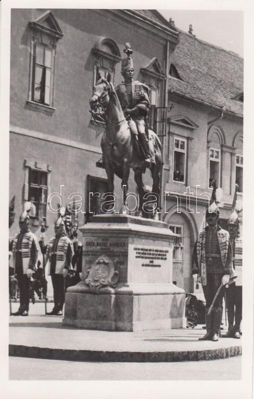 Budapest statue of András Hadik (gluemark) Budapest I. Hadik András szobra (ragasztónyom)