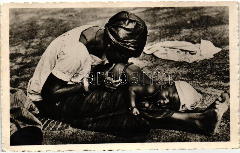 Niger, Bébé recevant un lavement, Nigériai folklór, anya beöntést ad a gyermekének